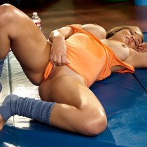 elizabeth-jean-getting-hot-and-sweaty-in-the-gym-playboy-amateurs (13)